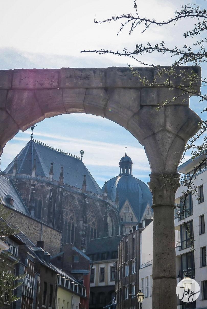 Der Hof in Aachen mit Portikus und Dom | Insidertipps zu Aachen auf www.jollyandluke.de